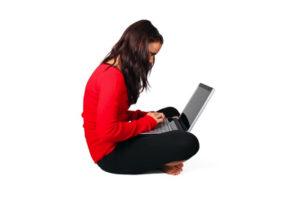 パソコンしながら座る女性