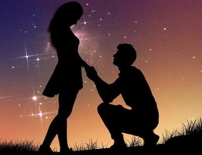 指輪を彼女にプレゼントする男性