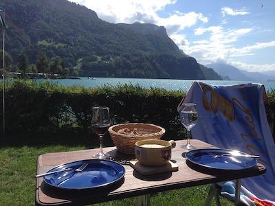 アウトドア・キャンプでの食事風景