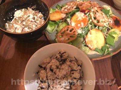 【水曜日】かつおと揚げ野菜のお刺身サラダ〜ザーサイ豆腐・ひじきご飯