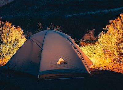 自然の中での夜のテントと照明の光