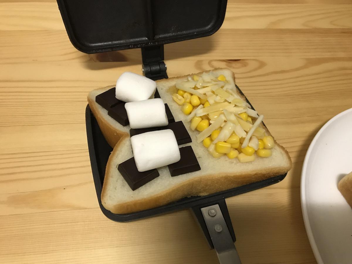 コーン×チーズ×マヨネーズ&チョコレート×マシュマロのハーフ&ハーフのホットサンド