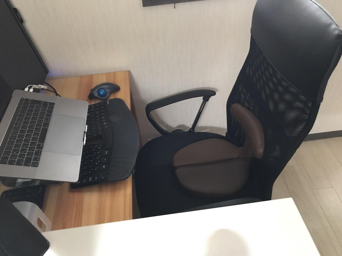 アーユル・チェアーは座椅子としてだけでなくチェアの上において腰をサポートできる!